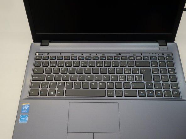 Les cinq vis qui ammarrent le clavier apparaissent alors.