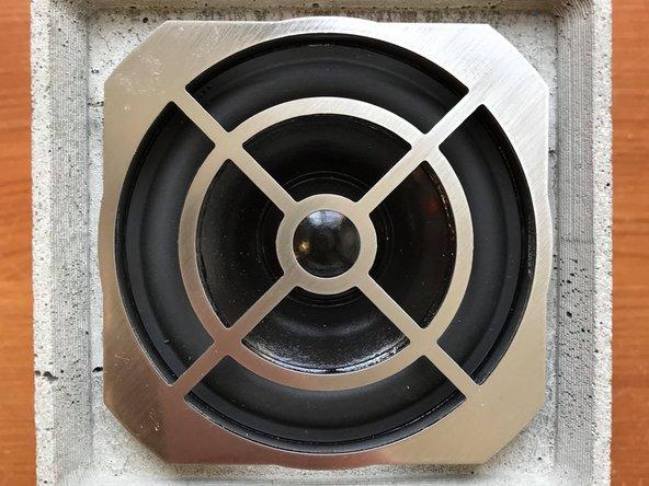 Retirer la grille de protection du haut-parleur en soulevant d'abord l'un des 4 coins.