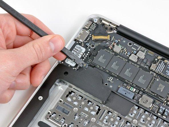 Hebele den Stecker des rechten Lautsprecherkabels mit dem flachen Ende des Spudgers hoch und aus seinem Anschluss auf dem Logic Board heraus.