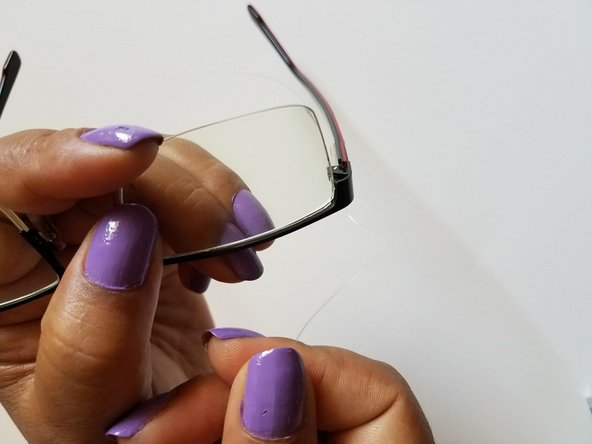 After placing the wire around the glasses, stretch the wire, tie it, and make a knot by holding the glasses tightly.