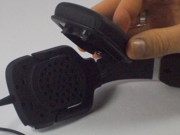 Image 2/2: Forcibly pull the ear cushion and speaker frame in opposite directions, until the left ear cushion separates from the left ear frame.