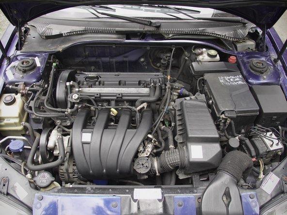 Ouvrez le capot moteur de votre voiture grâce au levier situé en bas à gauche du tableau de bord, près des pédales.