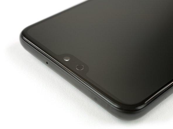 Anders dan Samsung, heeft Huawei ervoor gekozen om het scherm om de camera en oorstukluidspreker heen te leggen.