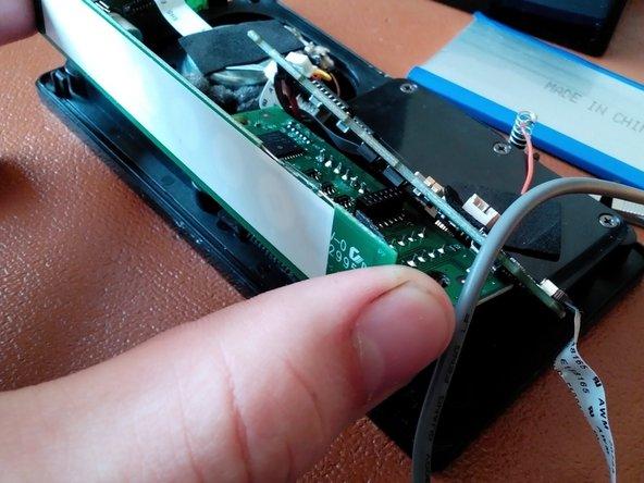 Jetzt kann das Medienpanel zusammen mit dem unteren Chip entnommen werden. Dabei UNBEDINGT auf die Steckkontakte zwischen diesen achten. (siehe 2. Bild)
