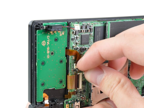 Avec votre ongle ou un outil en plastique, ouvrez le clapet de retenue du connecteur ZIF de la carte alimentation.