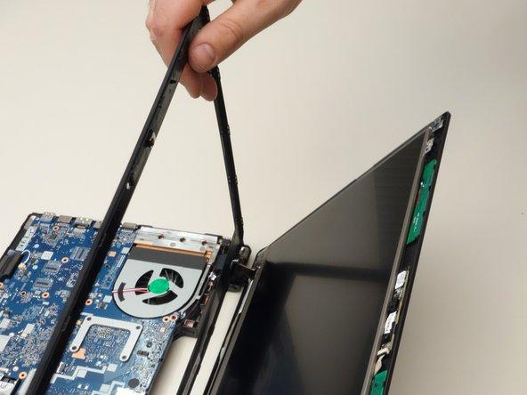 Détachez complètement le cadre entourant l'écran LCD.