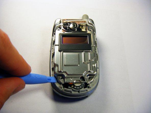 Desserrez doucement le couvercle de protection avec l'outil d'ouverture en plastique.