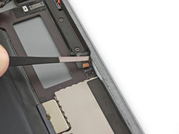 Ziehe das Verbindungskabel zu den oberen Bedienungstasten gerade aus seinem ZIF Verbinder.