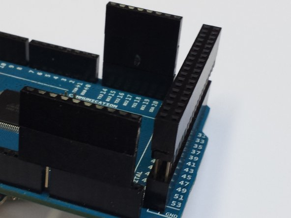 Insérez les connecteurs dans l'arduino, et empillez les comme sur la premiere image, il ne doit pas y avoir de jour entre ceux-ci