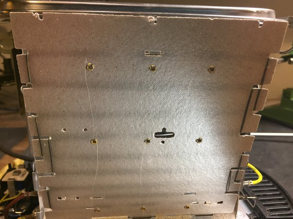 Losrsqu'on a localisé la coupure, on peut procéder à la réparation. La résistance chauffante est fabriquée avec un alliage de nickel et de chrome, le nichrome (*1) impossible à souder avec facilité. Il faut donc faire une liaison soit avec un bout de fil comme un strap, soit avec de la gaine à sertir (*2)