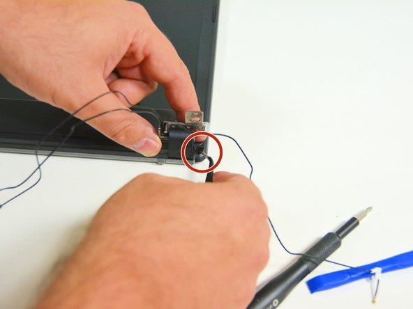 Image 2/3: Gehen Sie nun zum linken Scharniergelenk zurück und lösen Sie die externe Schraube.