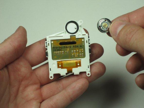 Retirez délicatement le haut-parleur situé dans le boîtier de l'écran avec un petit tournevis ou un outil similaire.