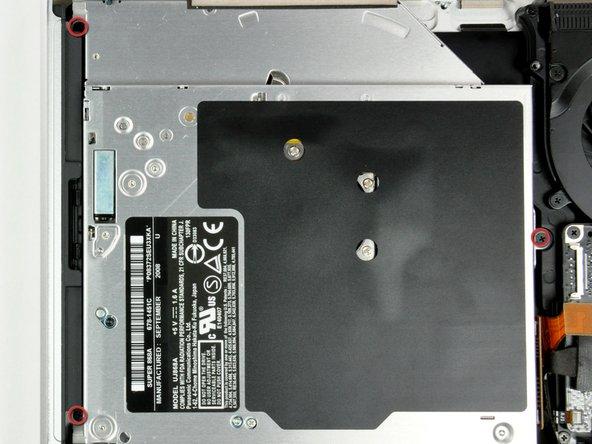 Entferne die drei 2,5 mm Kreuzschlitzschrauben, die das DVD-Laufwerk mit dem oberen Gehäuse verbinden.