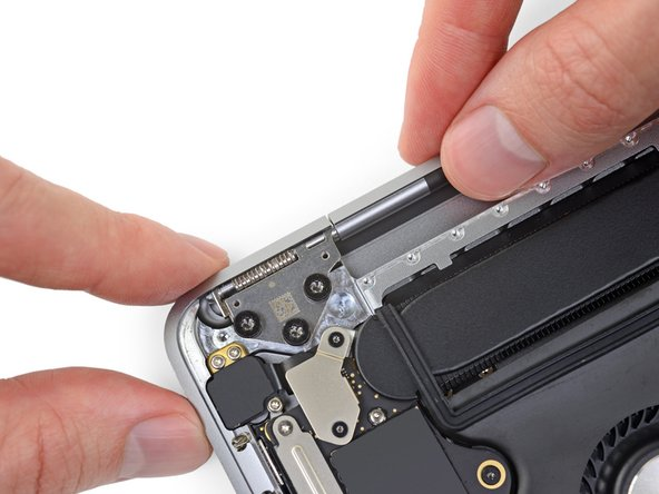 During reassembly, first install the hinge screws without tightening them. Then adjust the screen until it is correctly centered and aligned on each side. Finally, tighten the screws.