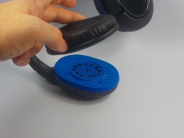 Grasp the ear pad from the inside edge and pull until it comes free from the speaker.