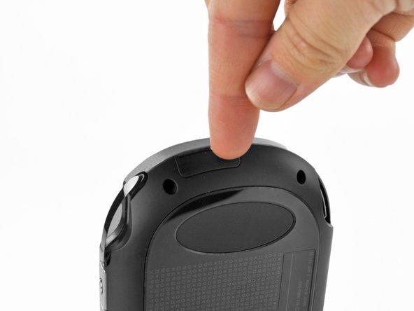 指の爪で、SIMカードトレイドアを開けます。