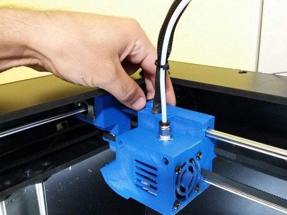 Com a mesa posicionada, empurre o cabeçote, manualmente, para o centro da máquina, para facilitar o manuseio.