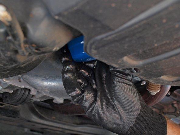 逆时针卸下油滤。如果油滤过紧无法卸下那么请使用油滤扳手将其卸下。