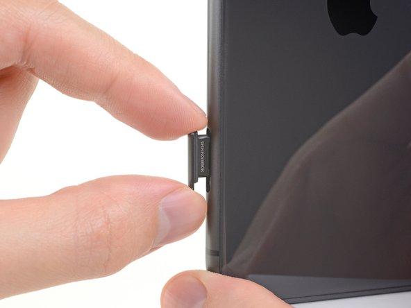Remueve la bandeja de la tarjeta SIM del iPhone.