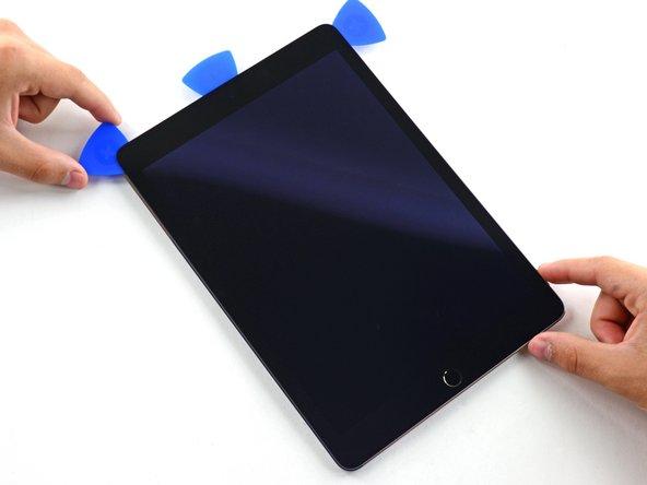 滑动左边的撬片滑过iPad左上角。