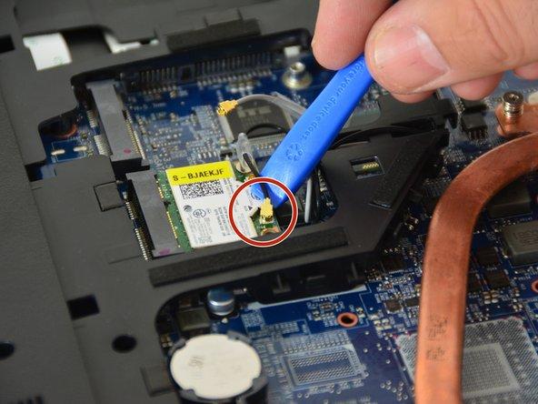 Lösen Sie dann die  Befestigungs schraube mit dem Philips Schraubenzieher und ziehen Sie das Chipset aus seinem Stecker heraus.