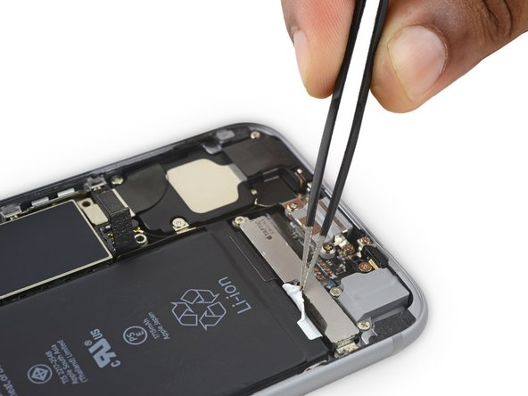 使用手指或者钝头镊子,在电池附近操作时一定要十分小心——刺穿锂离子电池会导致危险的化学反应并引发起火。