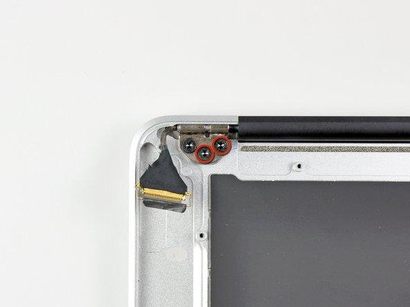 Entferne die inneren beiden 4,9 mm T8 Torx Schrauben, die das rechte Displayscharnier am oberen Gehäus befestigen.