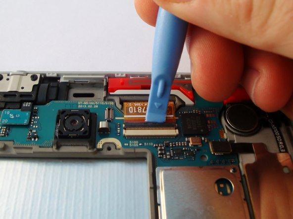 Hebe vorsichtig die schwarze Klappe am Verbinder des LCD Kabels hoch.