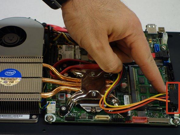 Débrancher le connecteur d'alimentation pour dégager l'accès aux barrettes RAM.