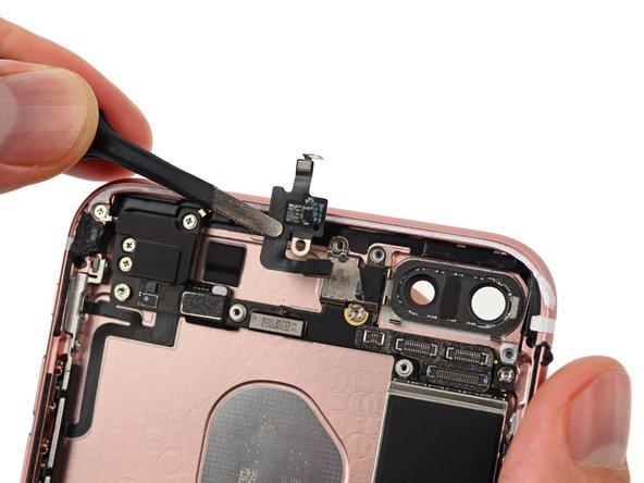 Bevor wir das Logic Board aus dem Rückgehäuse entfernen können, müssen wir Teile der Antenneneinheit entfernen – auch das Antennenflexkabel, das als Verbindung zwischen den Leiterbahnen der Antennen dient.