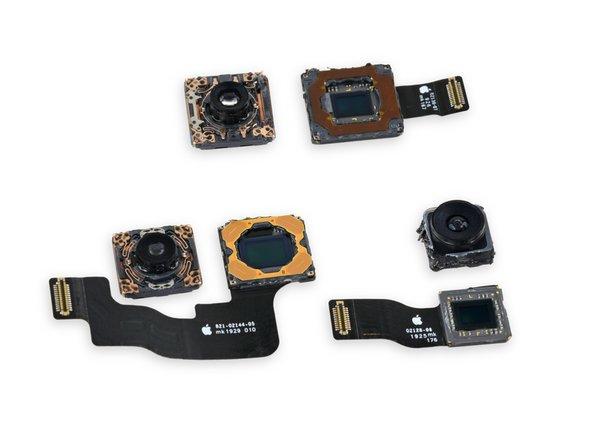 우리는 각 카메라 모듈을 들여다 보며 찾기 힘든 두 번째 RAM 칩을 찾는 마지막 단계로 돌입합니다. 반짝이는 비보호 센서 이외에는 아무것도 보이지 않—잠깐, 저건가요??