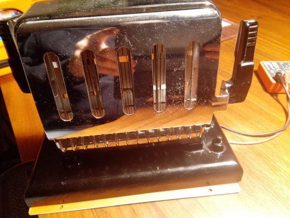 Zuerst den Stecker ziehen. Den Toaster auf der Unterseite aufschrauben. 2 der 4 Schrauben sind mit einer 3-Kantschraube 2,3  gesichert.