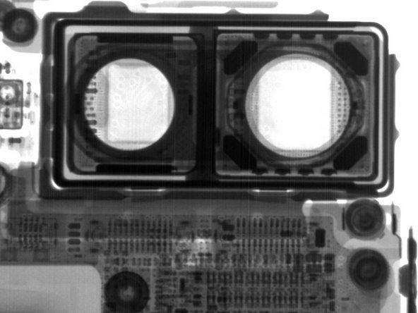 La première photo montre les traces de la nappe de la caméra sous les capteurs d'image de la caméra.