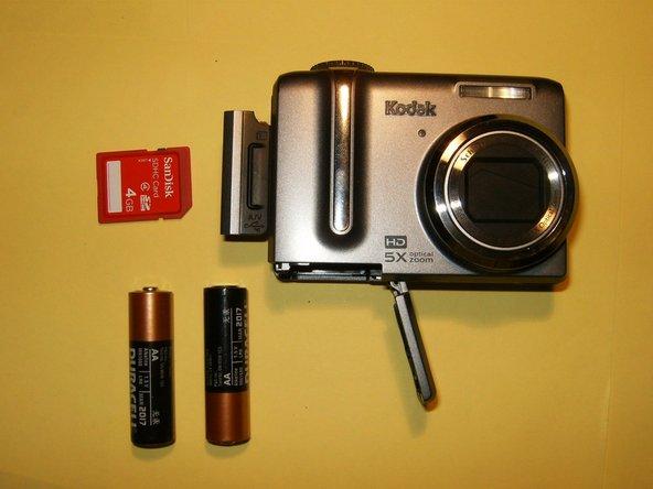 Retirez les piles et la carte mémoire de l'appareil photo, le cas échéant. Les piles peuvent être situées au bas de l'appareil photo et la carte mémoire peut être située sur le côté gauche de l'appareil photo.