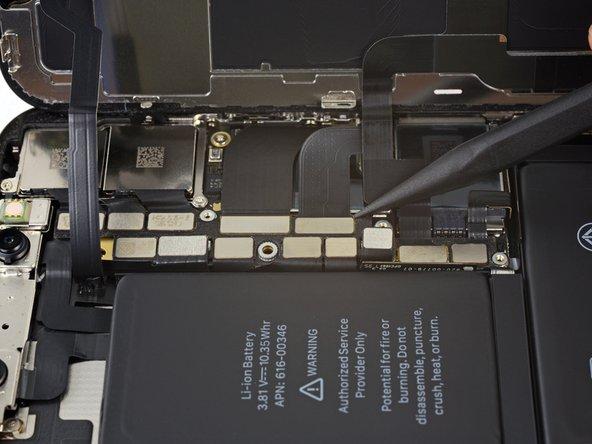 Servez-vous de la pointe d'une spatule ou d'un ongle pour déconnecter le connecteur de la nappe du panneau OLED.