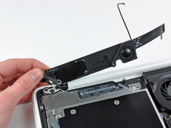 Avec précaution, faites pivoter l'ensemble du haut-parleur (avec les câbles AirPort/d'antenne toujours connectés) hors du boîtier inférieur.
