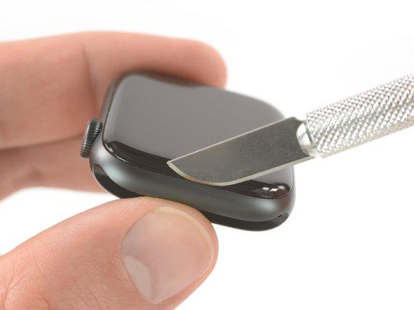 Omdat de opening tussen het scherm en de body van de horloge zo dun is, heb je een scherp mesje nodig om de twee van elkaar te scheiden. Lees de volgende waarschuwingen grondig door voordat je verdergaat.