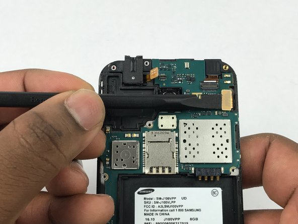 Use the flat end of a spudger disconnect the digitizer connector.