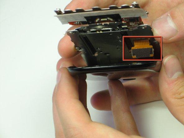 Retirez les deux connecteurs du câble ruban à l'aide d'une pince à épiler.