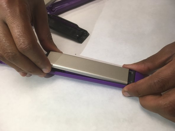 Remove the ceramic plate by pulling the plate parallel to the straightener, while pulling upwards.