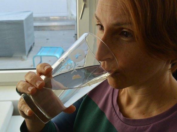 Trinke sofort 0,25 l Wasser in kleinen Schlucken. Sorge dafür, dass Du täglich 1,5 – 2 l Wasser zur Verfügung hast. Wasser übernimmt im Körper wichtige Transportaufgaben und hilft beim Abbau von Verspannungen.