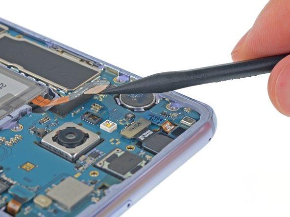 Usa uno spudger per scollegare la batteria facendo leva sul connettore per farlo uscire in verticale dal suo zoccolo.