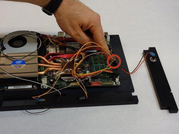 Débrancher le connecteur qui alimente notamment les LED du panneau frontal.