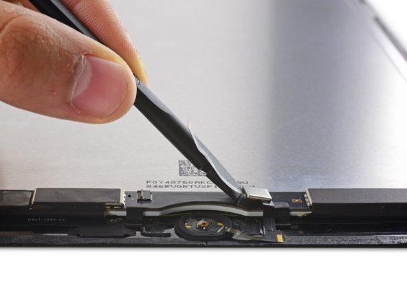 使用撬棒扁平一端来拨开Home键线缆和Touch ID 控制芯片。