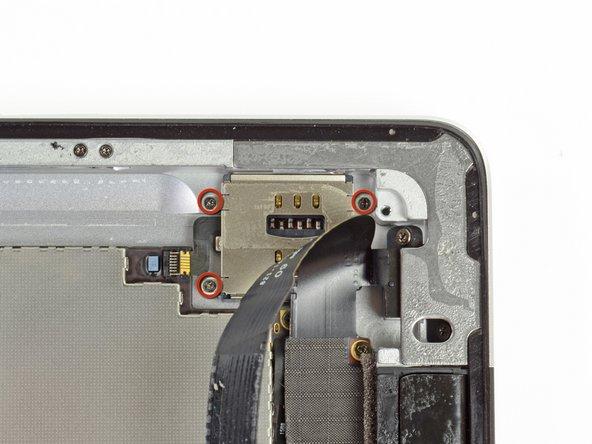 Der SIM Kartenleser ist mit drei 1,75 mm Kreuzschlitzschrauben #00 am Aluminiumrahmen befestigt. Drehe sie heraus.