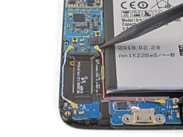 Usa l'estremità a punta di uno spudger per disconnettere i connettori dei cavi delle antenne Bluetooth e Wi-Fi dai loro zoccoli sulla scheda madre.