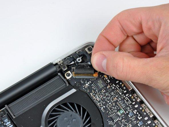 Tirez le connecteur du câble de données de l'écran vers l'arrière pour le débrancher de sa prise sur la carte mère.
