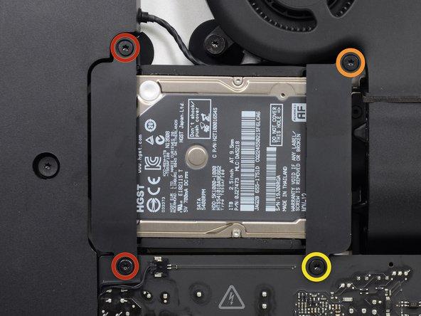Retirez les vis suivantes par lesquelles le support du disque dur est fixé au boîtier arrière :