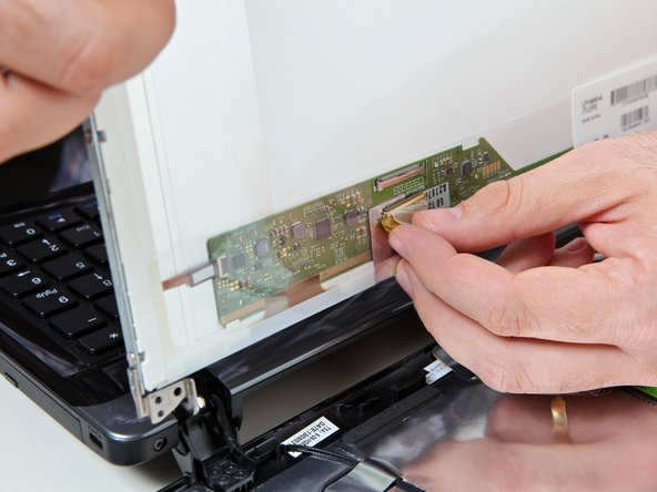 Image 2/2: Retirez le connecteur plat après avoir désengagé un petit peu la pièce de verrouillage du connecteur.