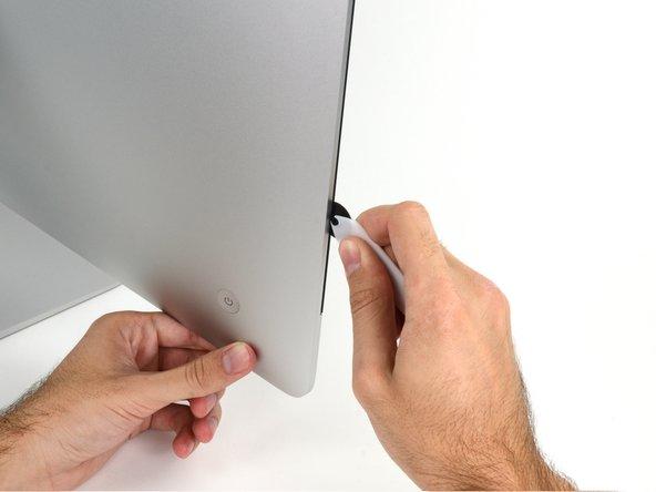 Veillez à toujours pousser l'outil en plaçant la poignée derrière la roulette. Si vous tirez sur l'outil, la roulette risque de sortir de la poignée.